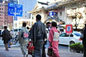 Paseando en yukata delante del Kabukiza en Ginza.