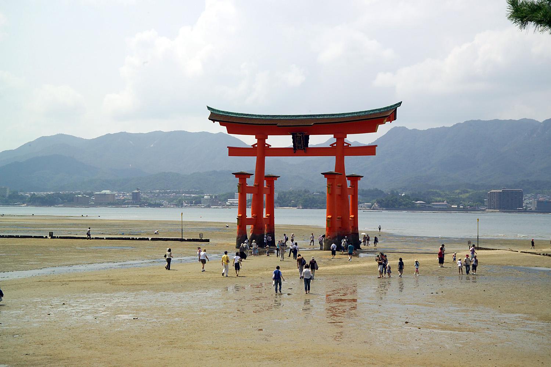 Turistas acercándose al torii de Miyajima aprovechando la bajamar.