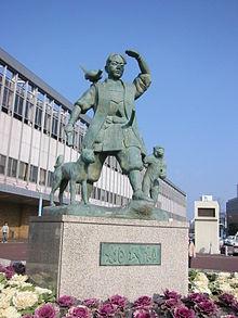 Estatua del héroe Momotaro afuera de la estación de Okayama.