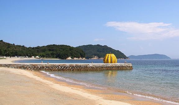Calabaza de Yayoi Kusama en el puerto de Naoshima