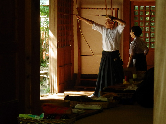 Arqueros japoneses practicando el tiro con el arco tradicional japonés