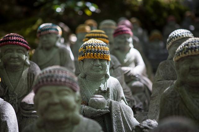Imagen de las estatuas con gorros budistas del mausoleo de Kobo Daishi