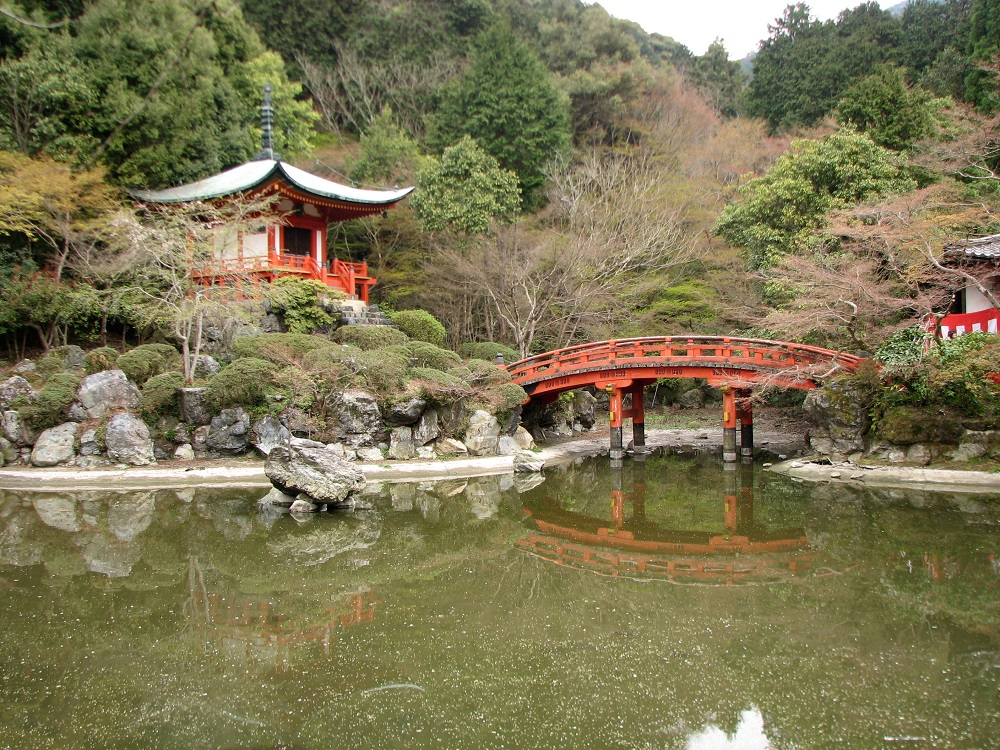 Imagen del lago y el puente del Templo de Daigo-ji en Kioto